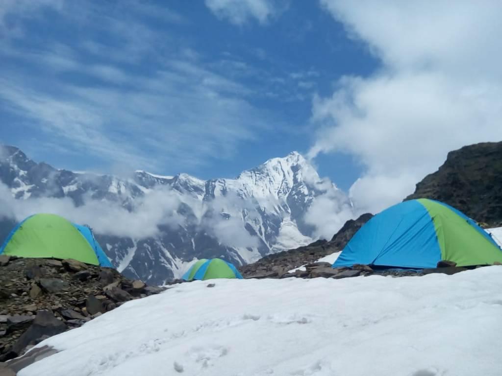 campsite at beas kund trek