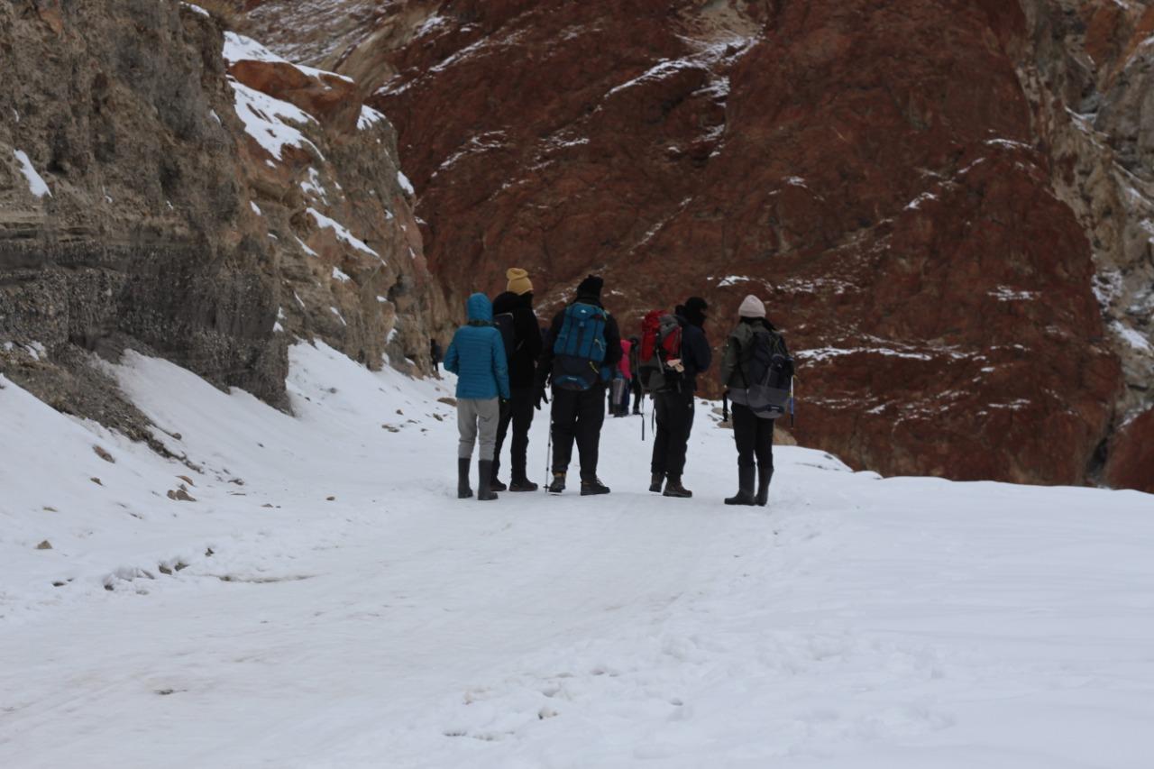 winter trekking in himalaya
