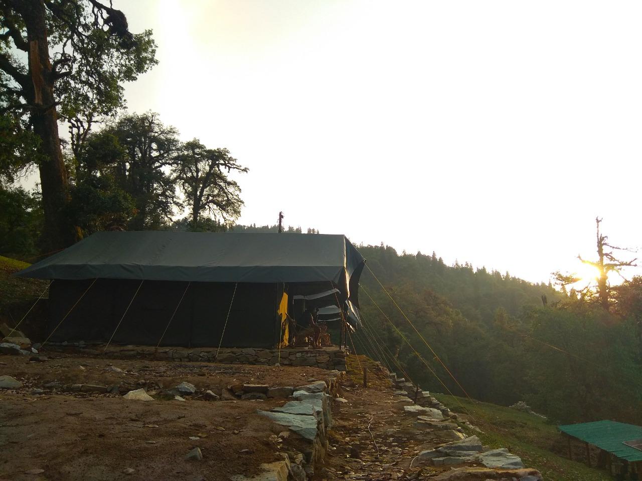 tent pitched at deoriatal trek campsite