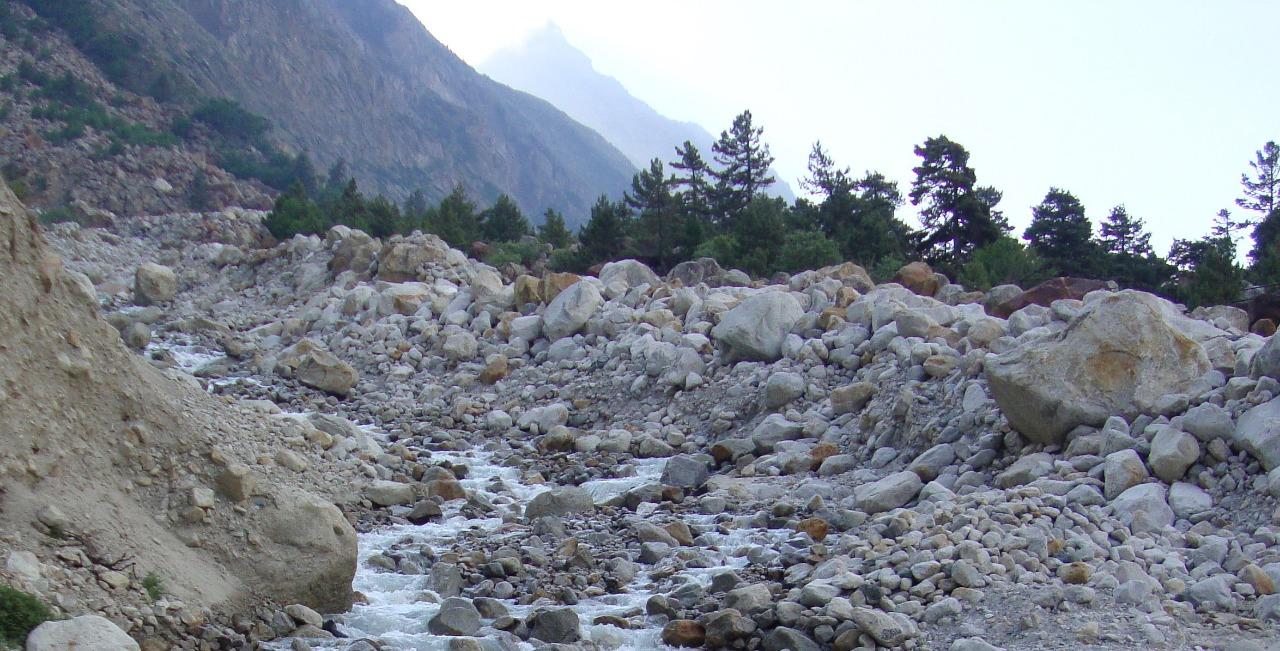 river stream enroute gomukh tapovan trek