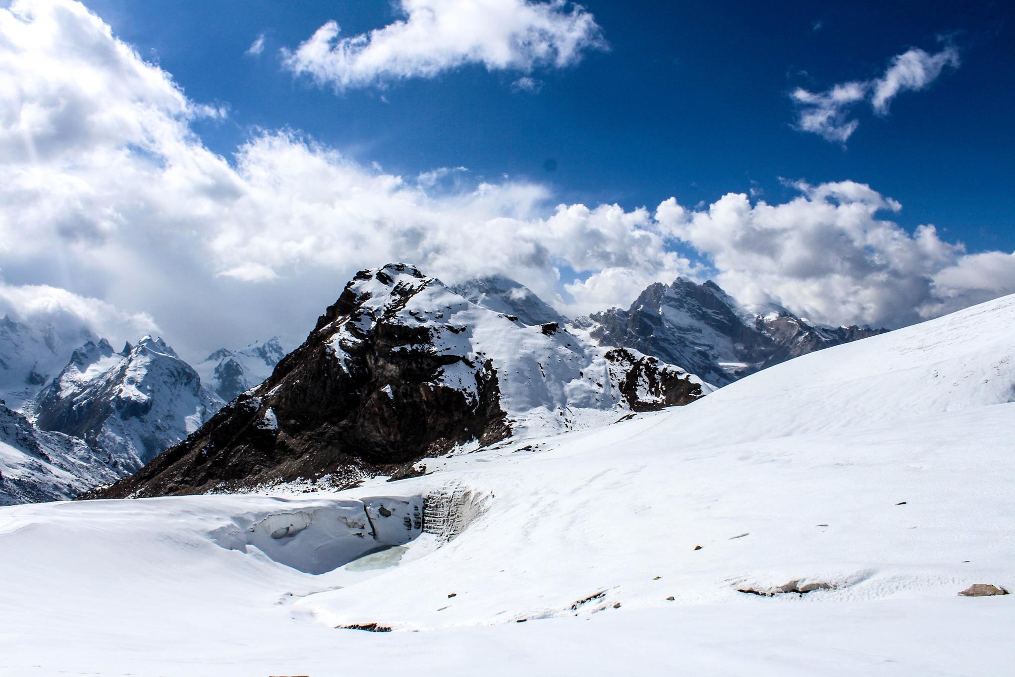 snow covered mountain peaks enroute pin parvati pass trek